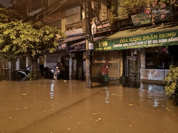 Phố Phùng Hưng ngập nặng phải dựng rào chắn ngăn phương tiện - Ảnh 2.