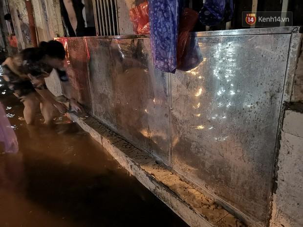 Phố Phùng Hưng ngập nặng phải dựng rào chắn ngăn phương tiện - Ảnh 7.