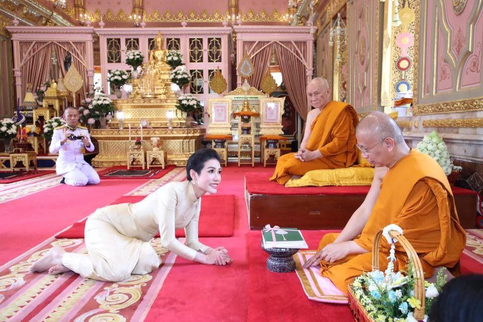 Hoàng quý phi Thái Lan thực hiện nhiệm vụ hoàng gia đầu tiên trên cương vị mới với phong thái gây ngỡ ngàng - Ảnh 6.