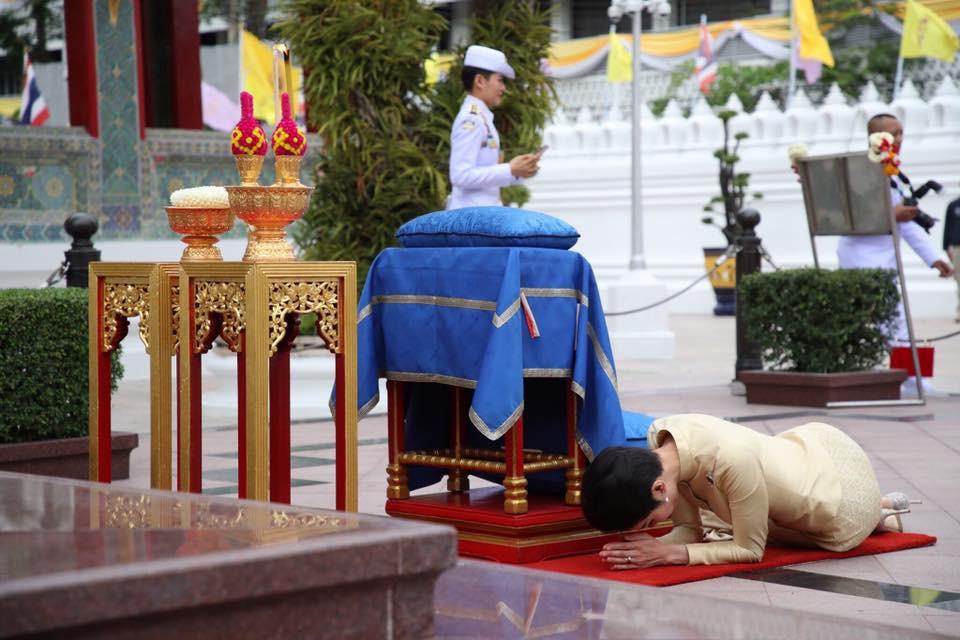 Hoàng quý phi Thái Lan thực hiện nhiệm vụ hoàng gia đầu tiên trên cương vị mới với phong thái gây ngỡ ngàng - Ảnh 7.