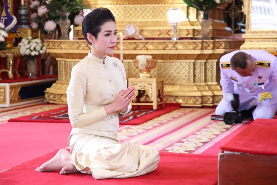 Hoàng quý phi Thái Lan thực hiện nhiệm vụ hoàng gia đầu tiên trên cương vị mới với phong thái gây ngỡ ngàng - Ảnh 5.