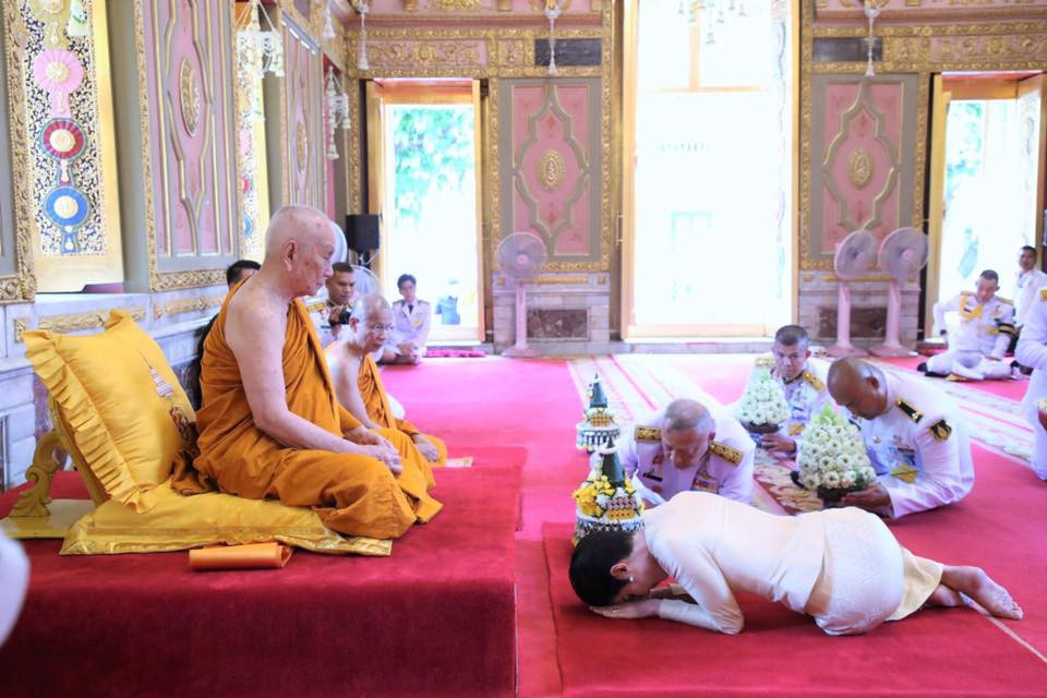 Hoàng quý phi Thái Lan thực hiện nhiệm vụ hoàng gia đầu tiên trên cương vị mới với phong thái gây ngỡ ngàng - Ảnh 8.