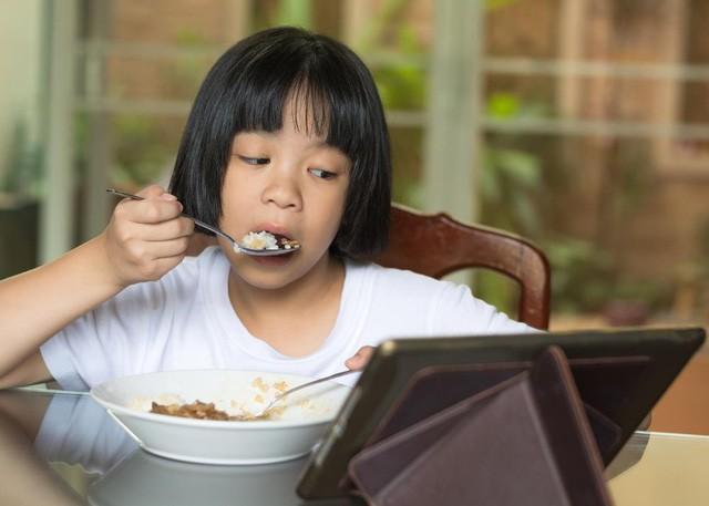 """Cười ra nước mắt: """"Loạn"""" nhà chỉ vì tìm cách trị biếng ăn cho con  - Ảnh 1."""