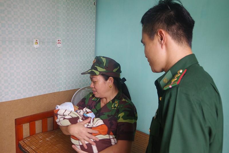 Nữ quái buôn người bị bắt giữ trên đường sang Trung Quốc bán bé trai 1 tuần tuổi - Ảnh 2.