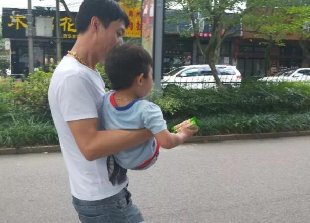 Kẻ bắt cóc gần như thành công khi ôm được đứa trẻ 3 tuổi ra khỏi nhà, nhưng cậu bé nói 1 câu tự cứu được mình - Ảnh 1.