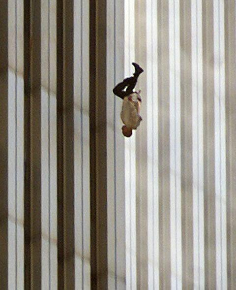 """Đã 18 năm kể từ khi vụ khủng bố 11/9 đoạt mạng hàng nghìn người Mỹ, bức ảnh """"người đàn ông rơi"""" vẫn không ngừng gây ám ảnh - Ảnh 1."""