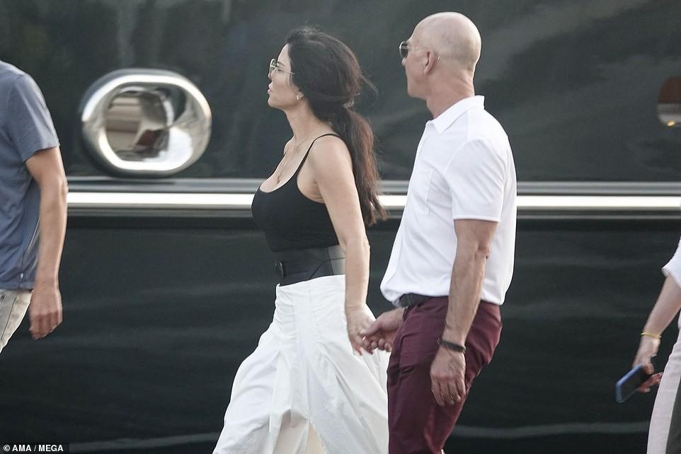 17913194-7414323-Jeff_Bezos_and_Lauren_Sanchez_romantic_trip_to_Venice_in_the_com-a-22_1567278567221