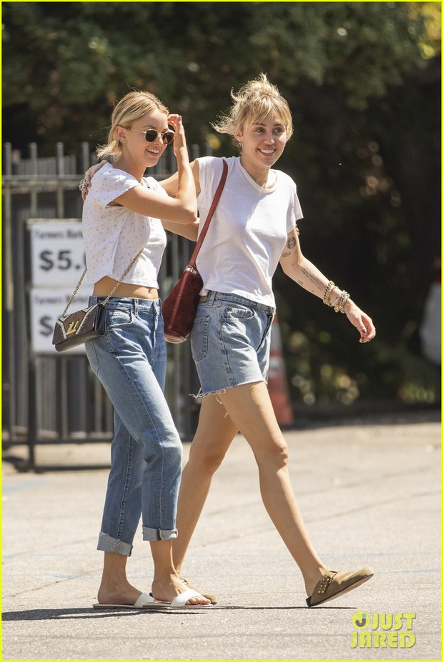 miley-cyrus-wraps-her-arms-around-kaitlynn-carter-during-afternoon-outing-02-156740922945094973787