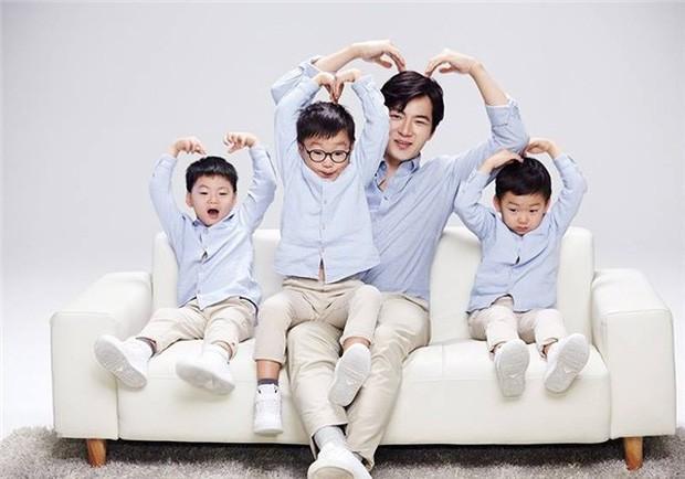 """Dạy con đã khó nhưng """"Ông bố quốc dân"""" Song Il Gook phải chóng mặt với đàn con sinh 3  - Ảnh 1."""