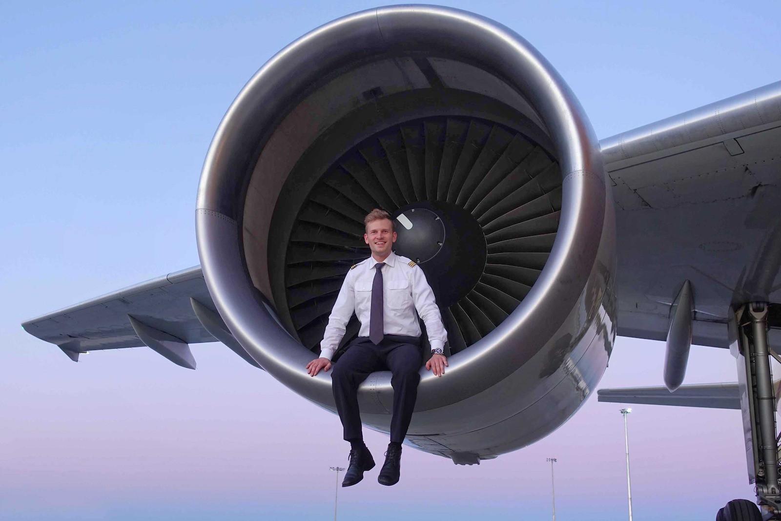 """Liệu bạn có tò mò về nghề phi công - nghề nghiệp được cho là """"hào nhoáng"""" và """"sung sướng"""" bậc nhất? - Ảnh 1."""