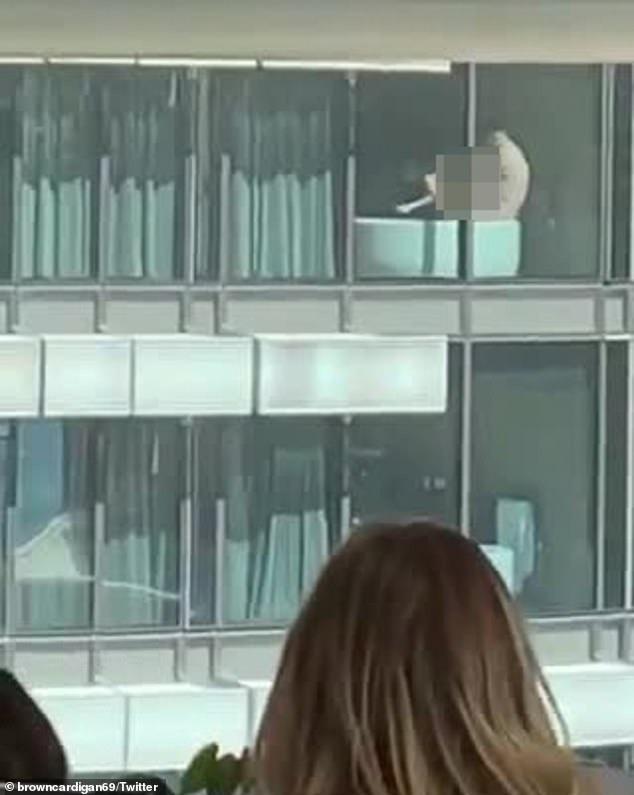 """""""Mây mưa"""" giữa thanh thiên bạch nhật, cặp đôi khiến loạt nhân viên văn phòng tòa nhà đối diện không thể tập trung làm việc ngay sáng thứ Hai - Ảnh 2."""