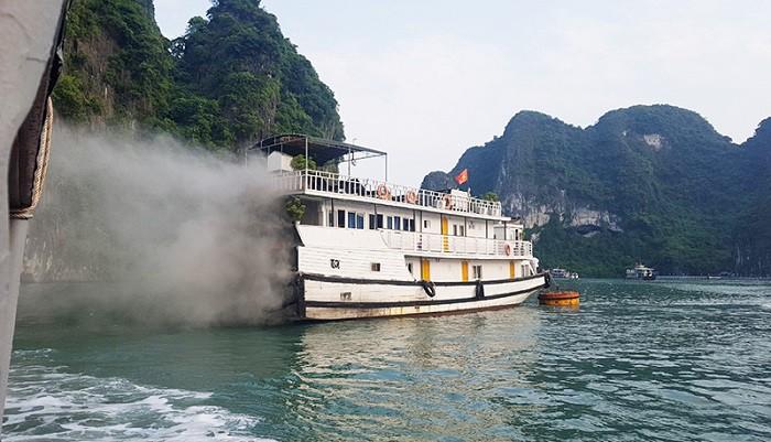 Tàu du lịch bốc cháy trên vịnh Hạ Long - Ảnh 1.