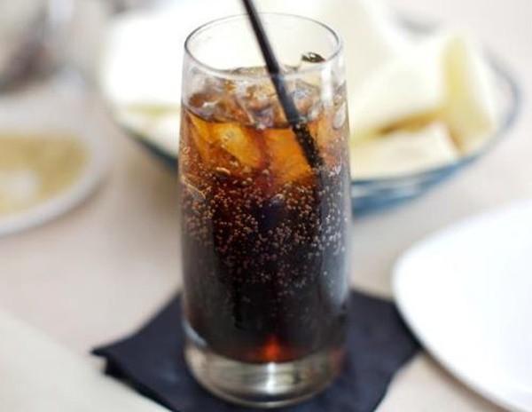 Uống 2 chai nước ngọt mỗi ngày, cánh tay người đàn ông thối rữa, hoại tử - Ảnh 1.