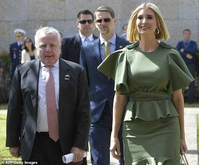 Bao điểm thời trang sang chảnh của ái nữ Tổng thống Trump bỗng bay biến sạch sẽ chỉ vì một cơn gió vô tình - Ảnh 3.