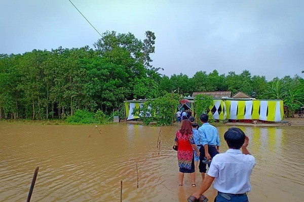 Đám cưới giữa mưa lũ, chú rể Quảng Trị cõng cô dâu về nhà - Ảnh 4.
