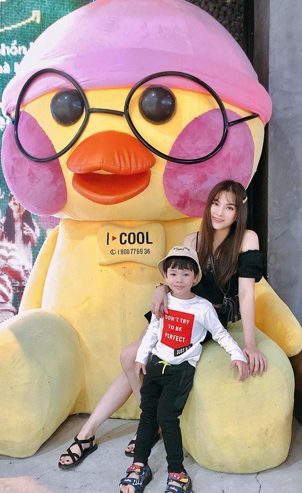 vuot-qua-scandal-thu-thuy-lo-dien-voi-guong-mat-tuoi-tan-rang-ngoi-ben-con-trai-tt-1567562572-633-width588height960