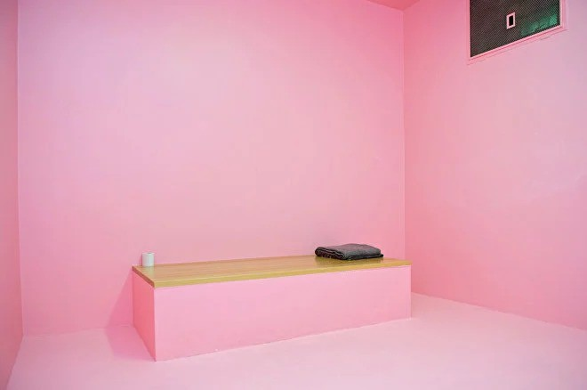 """Nhà tù sơn màu """"hường phấn"""" để giúp tù nhân bớt hung hãn, người trong cuộc chỉ thấy nhục nhã vì buồng giam như phòng ngủ bé gái - Ảnh 1."""