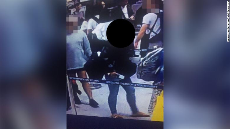 Chuẩn bị xuất cảnh nhưng có dấu hiệu đáng ngờ, người phụ nữ bị bắt ngay tại chỗ vì giấu em bé 6 tuổi trong túi xách - Ảnh 2.