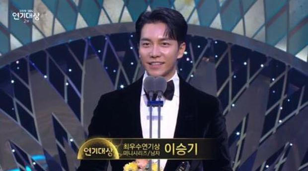 """Jang Nara bật khóc vì nhận giải thưởng lớn, phim của tài tử Kim Nam Gil đánh bại """"Vagabond"""" giành 8 cúp - Ảnh 9."""
