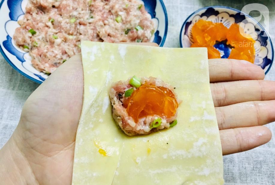 Đón ngày đầu năm đầy may mắn với món hoành thánh bọc trứng muối vàng giòn siêu ngon! - Ảnh 2.