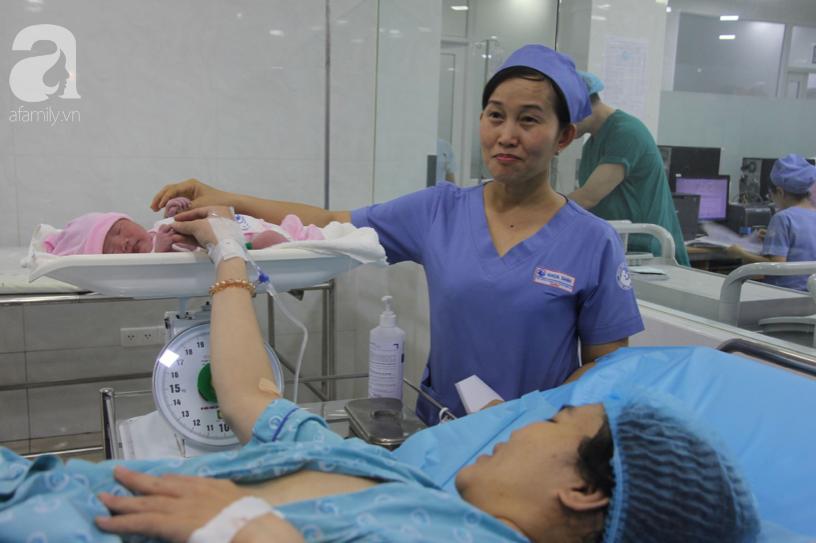 Bé trai Sài Gòn được chính tay cha cắt dây rốn chào đời đúng thời khắc đầu tiên của năm mới 2020 - Ảnh 13.