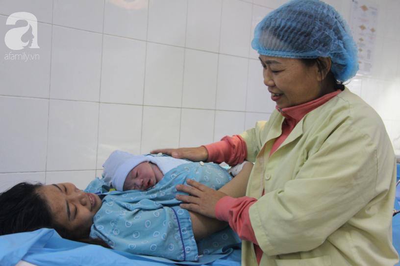Bé trai Sài Gòn được chính tay cha cắt dây rốn chào đời đúng thời khắc đầu tiên của năm mới 2020 - Ảnh 14.