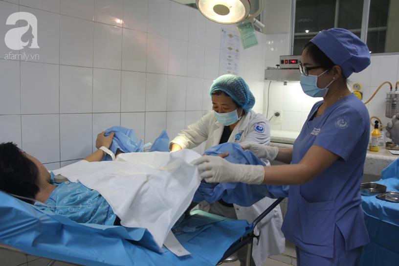 Bé trai Sài Gòn được chính tay cha cắt dây rốn chào đời đúng thời khắc đầu tiên của năm mới 2020 - Ảnh 8.