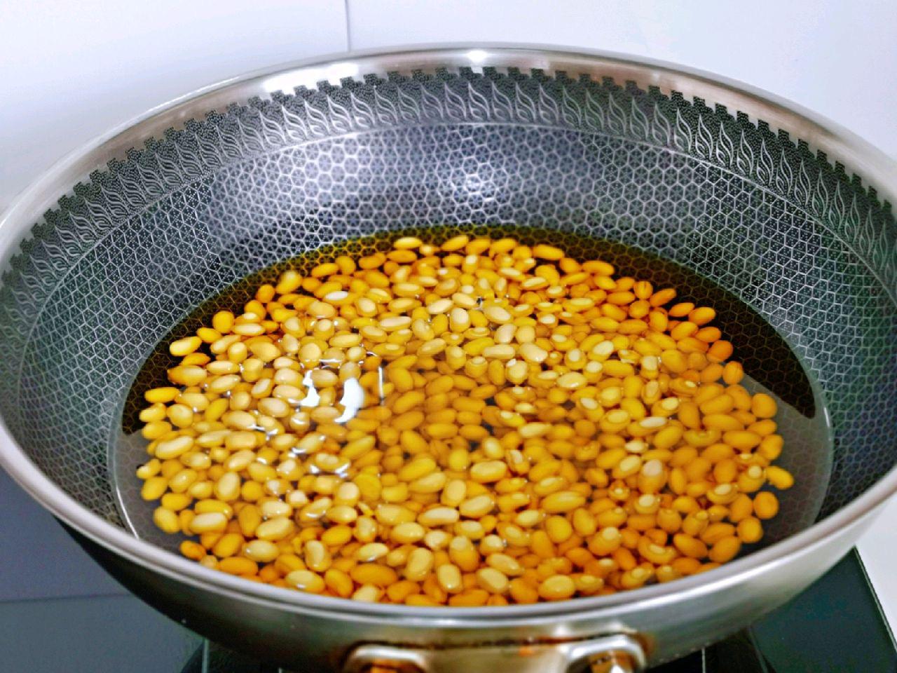 Trời lạnh làm đậu nành chiên giòn tẩm muối tiêu ăn cực ngon - Ảnh 2.