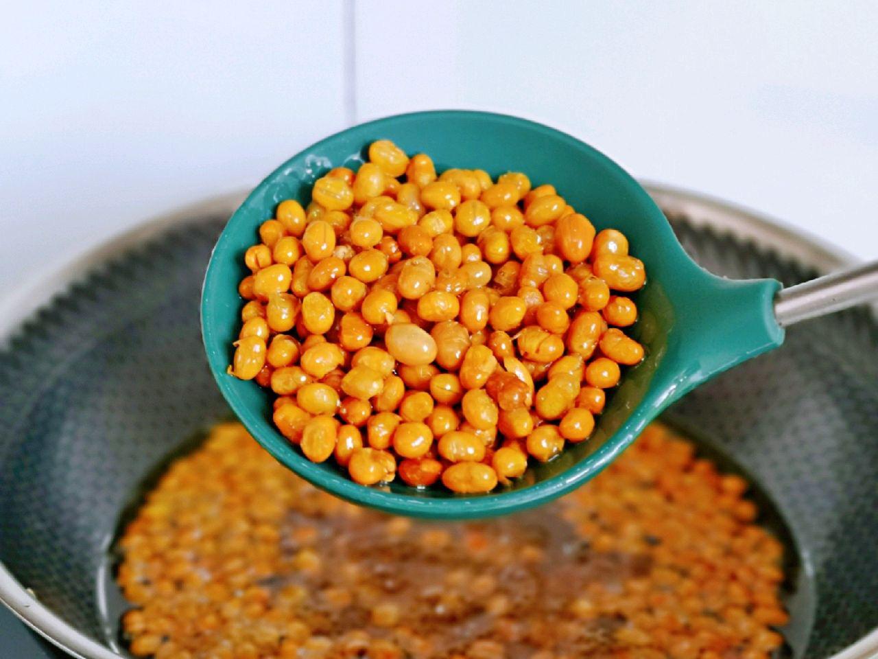 Trời lạnh làm đậu nành chiên giòn tẩm muối tiêu ăn cực ngon - Ảnh 3.