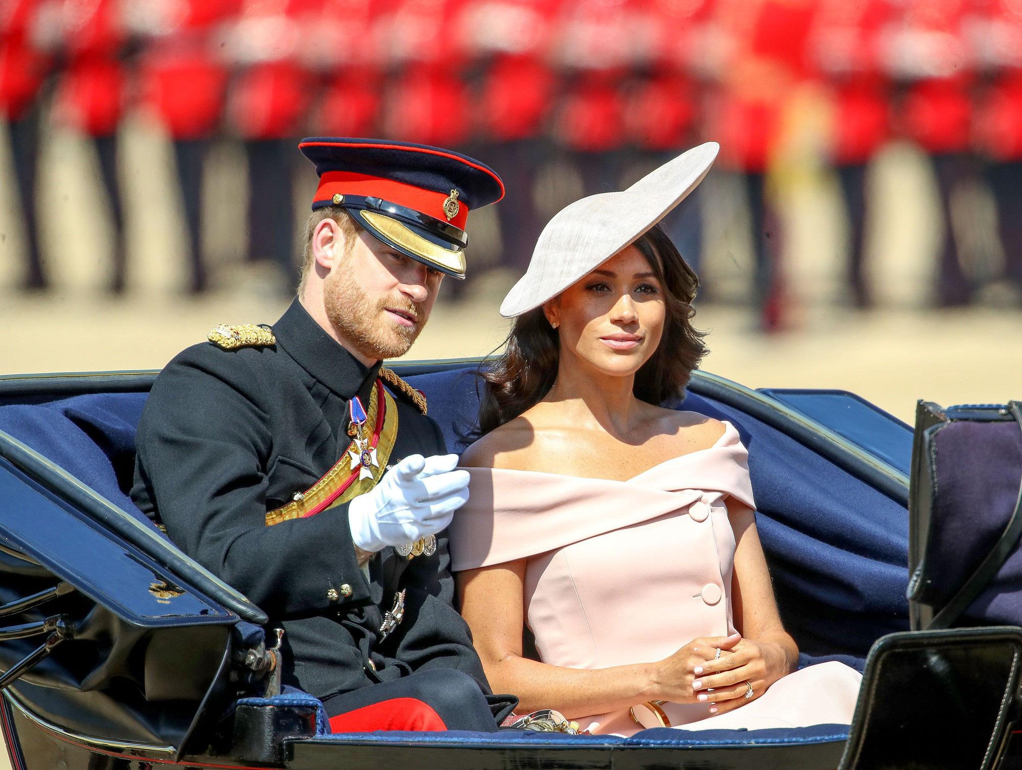 """Meghan Markle bao lần như """"tát vào mặt"""" cả Hoàng gia Anh, lên đồ lấn lướt cả Công nương Diana và Kate Middleton - Ảnh 1."""