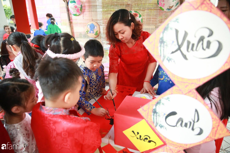 Hàng trăm người Hà Nội quây quần làm 1.000 chiếc bánh chưng đón Tết, phát hiện Hoa hậu Tiểu Vy ngồi bệt dưới đất gói bánh cực nhiệt tình - Ảnh 3.
