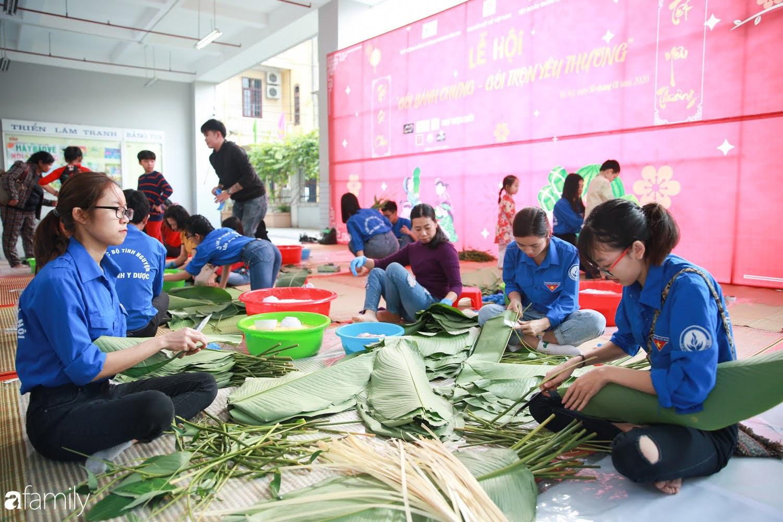 Hàng trăm người Hà Nội quây quần làm 1.000 chiếc bánh chưng đón Tết, phát hiện Hoa hậu Tiểu Vy ngồi bệt dưới đất gói bánh cực nhiệt tình - Ảnh 2.