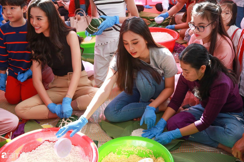 Hàng trăm người Hà Nội quây quần làm 1.000 chiếc bánh chưng đón Tết, phát hiện Hoa hậu Tiểu Vy ngồi bệt dưới đất gói bánh cực nhiệt tình - Ảnh 7.