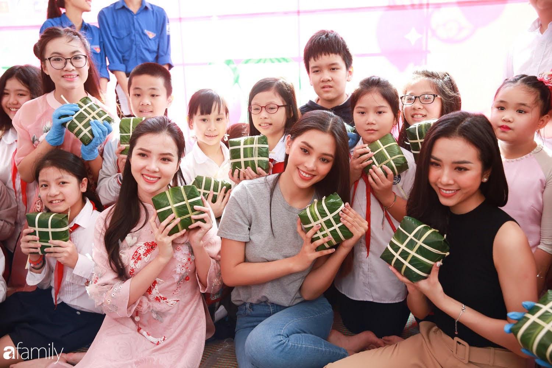 Hàng trăm người Hà Nội quây quần làm 1.000 chiếc bánh chưng đón Tết, phát hiện Hoa hậu Tiểu Vy ngồi bệt dưới đất gói bánh cực nhiệt tình - Ảnh 10.