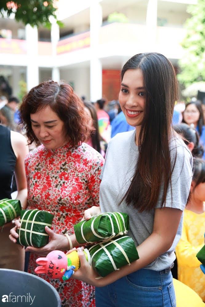 Hàng trăm người Hà Nội quây quần làm 1.000 chiếc bánh chưng đón Tết, phát hiện Hoa hậu Tiểu Vy ngồi bệt dưới đất gói bánh cực nhiệt tình - Ảnh 12.