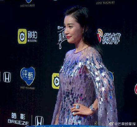 Đêm hội Weibo 2019: Loạt mỹ nhân đình đám bị chê lên chê xuống vì loạt ảnh chưa qua chỉnh sửa - Ảnh 3.