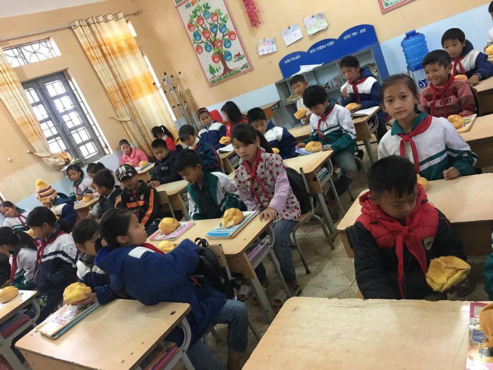 Biết học sinh nghèo chẳng bao giờ được ăn sáng, cô giáo quyết tâm tặng món quà đặc biệt trước kỳ nghỉ Tết khiến ai nấy rưng rưng nước mắt - Ảnh 3.