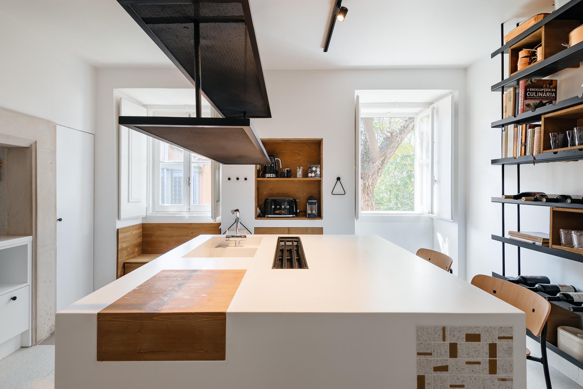 Khác với tính lịch sử của cả tòa nhà, căn hộ này mang nét đẹp đối lập hoàn toàn khiến ai nhìn một lần cũng khó lòng rời mắt - Ảnh 8.