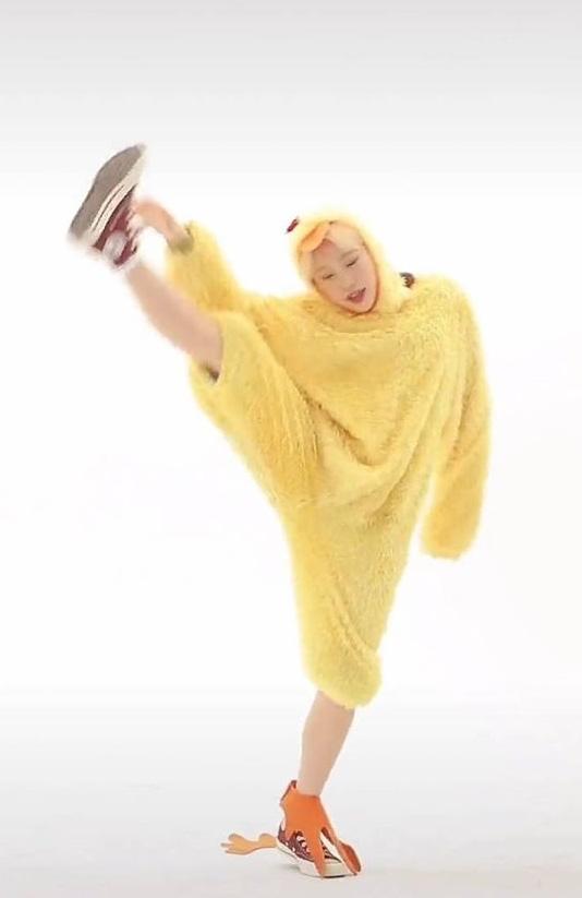 """JooE (MOMOLAND) nổi hứng cover nhạc của J-Hope (BTS) liền bị chỉ trích vì làm động tác """"nhạy cảm"""" - Ảnh 4."""