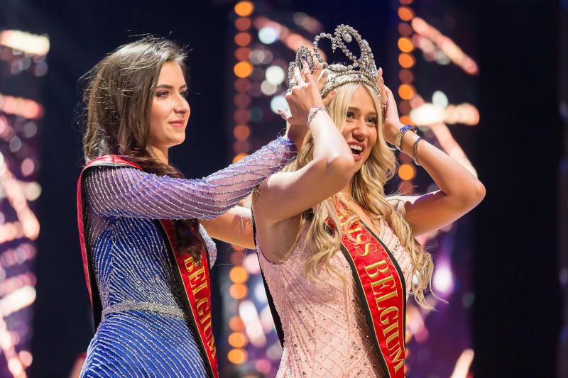 Người đẹp vấp ngã trên sân khấu đến văng cả áo lót, vẫn xuất sắc đăng quang Hoa hậu Bỉ - Ảnh 1.