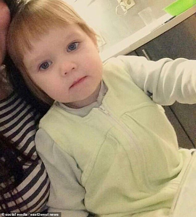 Bé gái  3 tuổi bị bỏ đói đến nỗi phải ăn bột giặt rồi qua đời trong lúc mẹ đi tiệc tùng 1 tuần, hiện trường vụ án gây phẫn nộ - Ảnh 2.