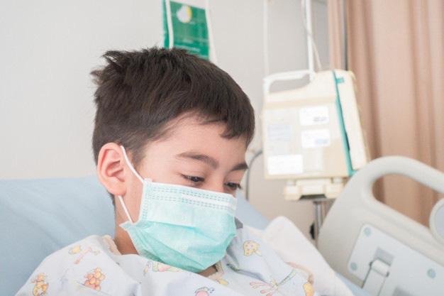 Nhìn thấy con cứng đờ người, mắt trợn lên, miệng co giật, người mẹ này mới thấm thía bệnh cúm A nguy hiểm đến thế - Ảnh 1.