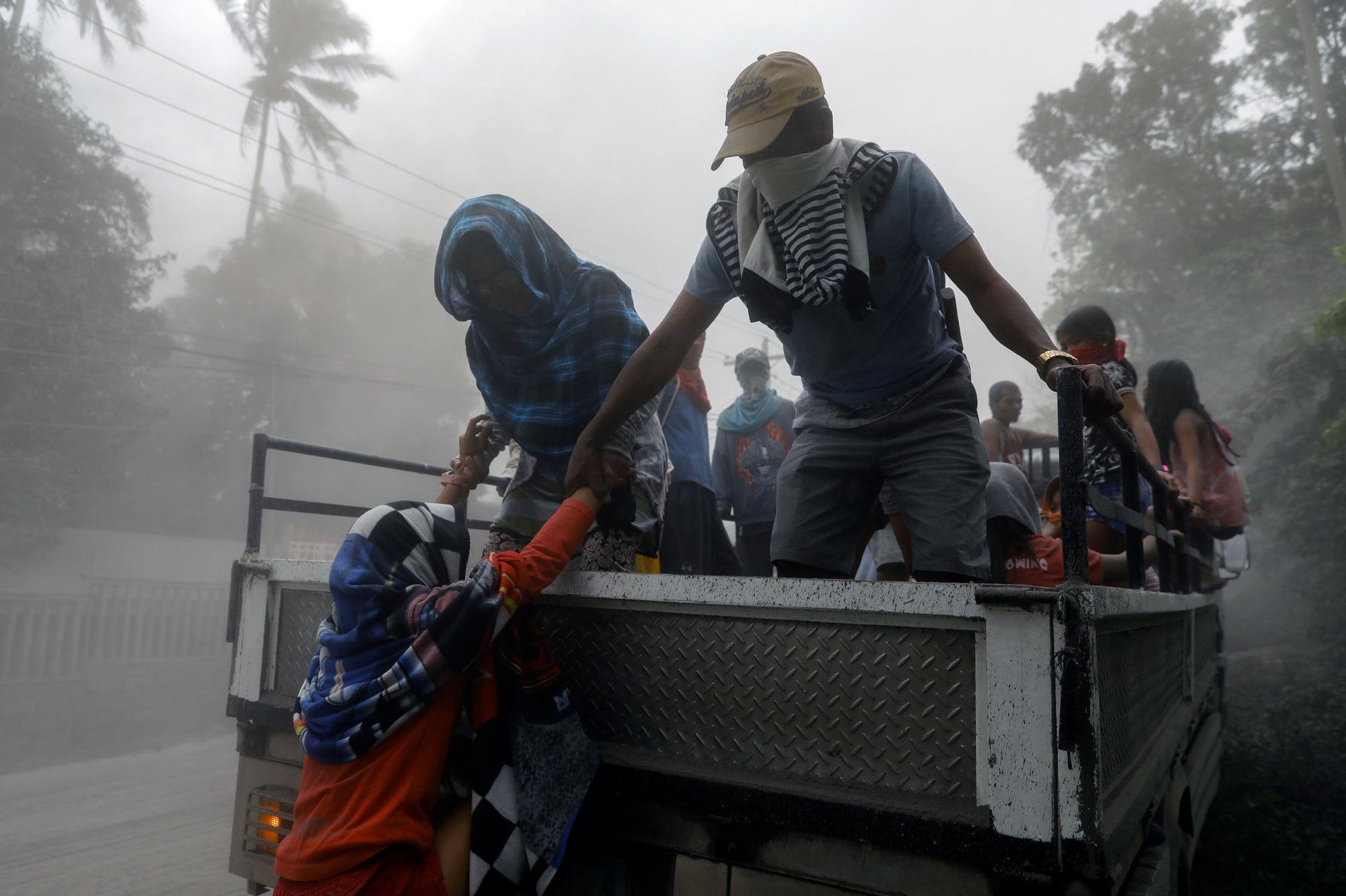 Núi lửa thức giấc, Philippines lo sóng thần - Ảnh 1.
