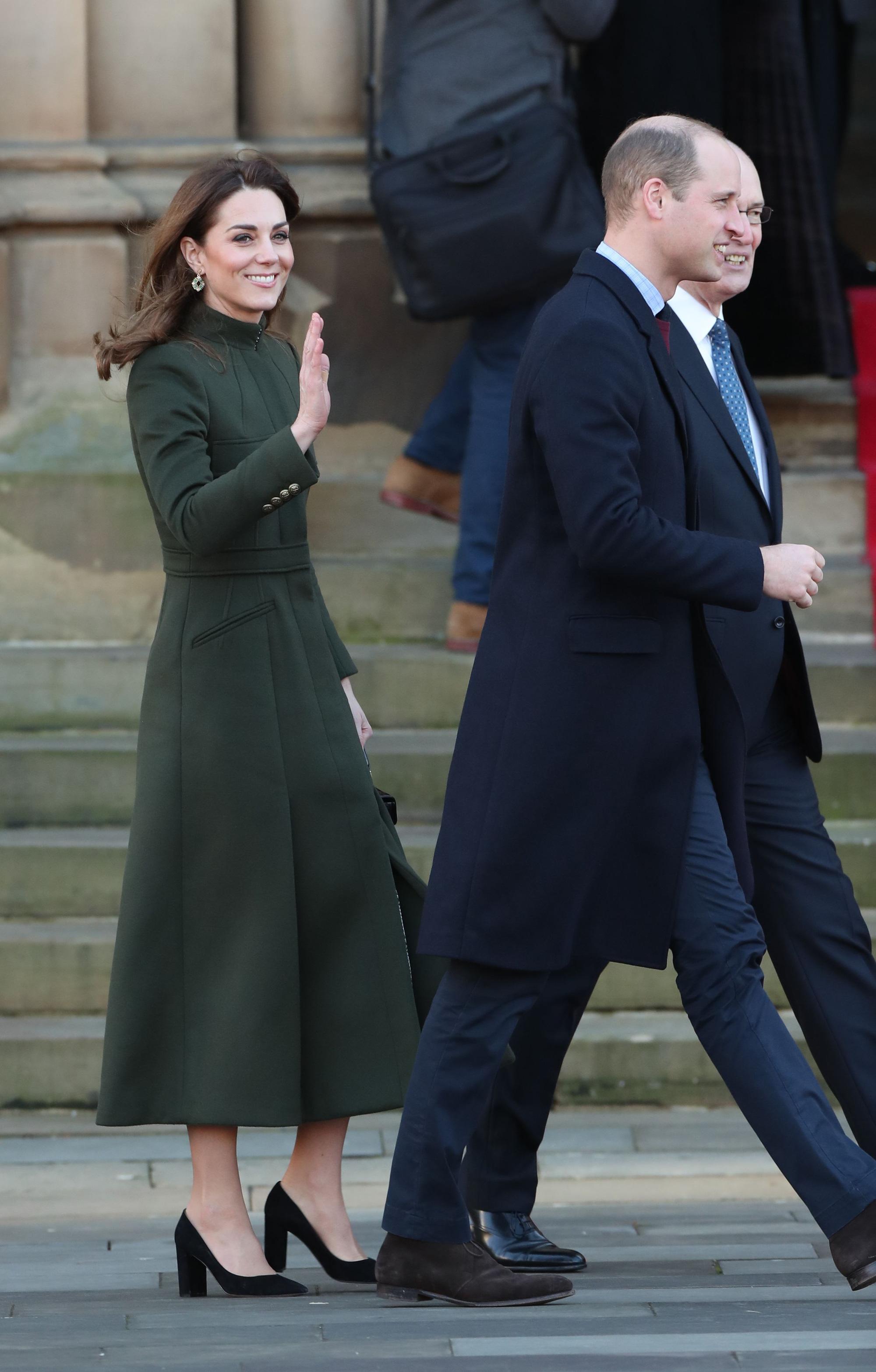 Khác hẳn vẻ lén lút của Meghan, Công nương Kate xuất hiện rạng rỡ, diện váy sale vài trăm ngàn mà vẫn sang ngút ngàn - Ảnh 4.