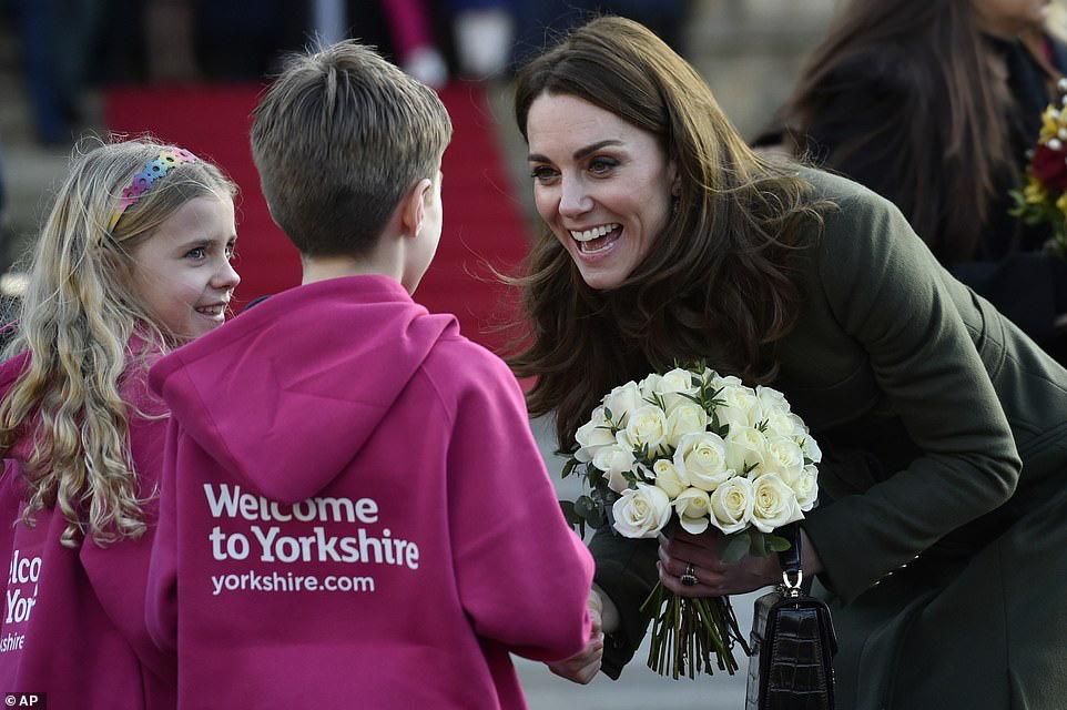 Khác hẳn vẻ lén lút của Meghan, Công nương Kate xuất hiện rạng rỡ, diện váy sale vài trăm ngàn mà vẫn sang ngút ngàn - Ảnh 2.