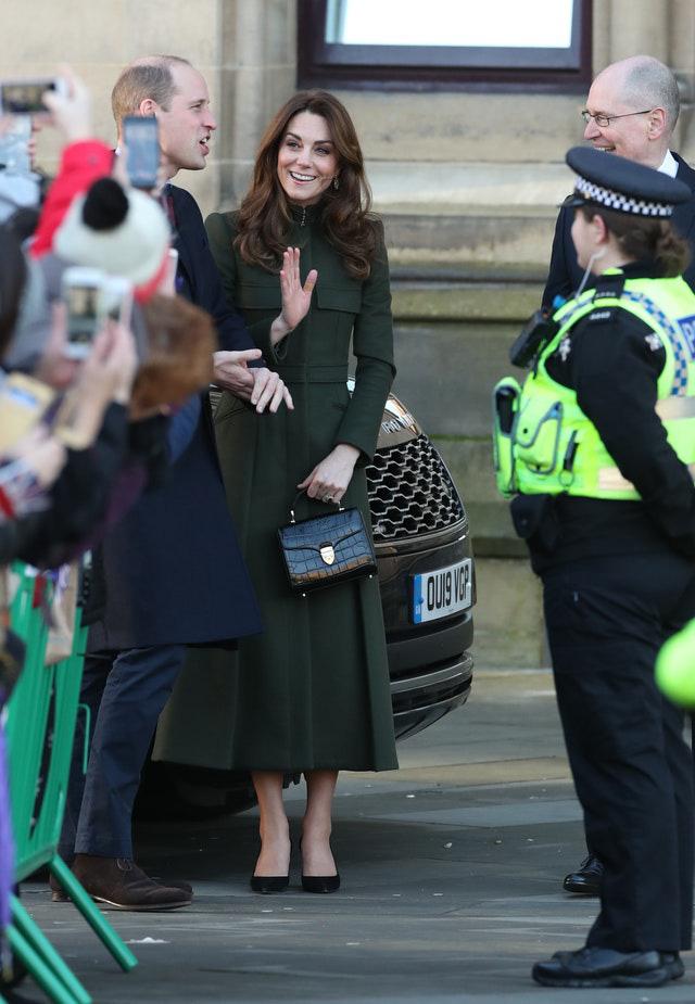 Khác hẳn vẻ lén lút của Meghan, Công nương Kate xuất hiện rạng rỡ, diện váy sale vài trăm ngàn mà vẫn sang ngút ngàn - Ảnh 3.