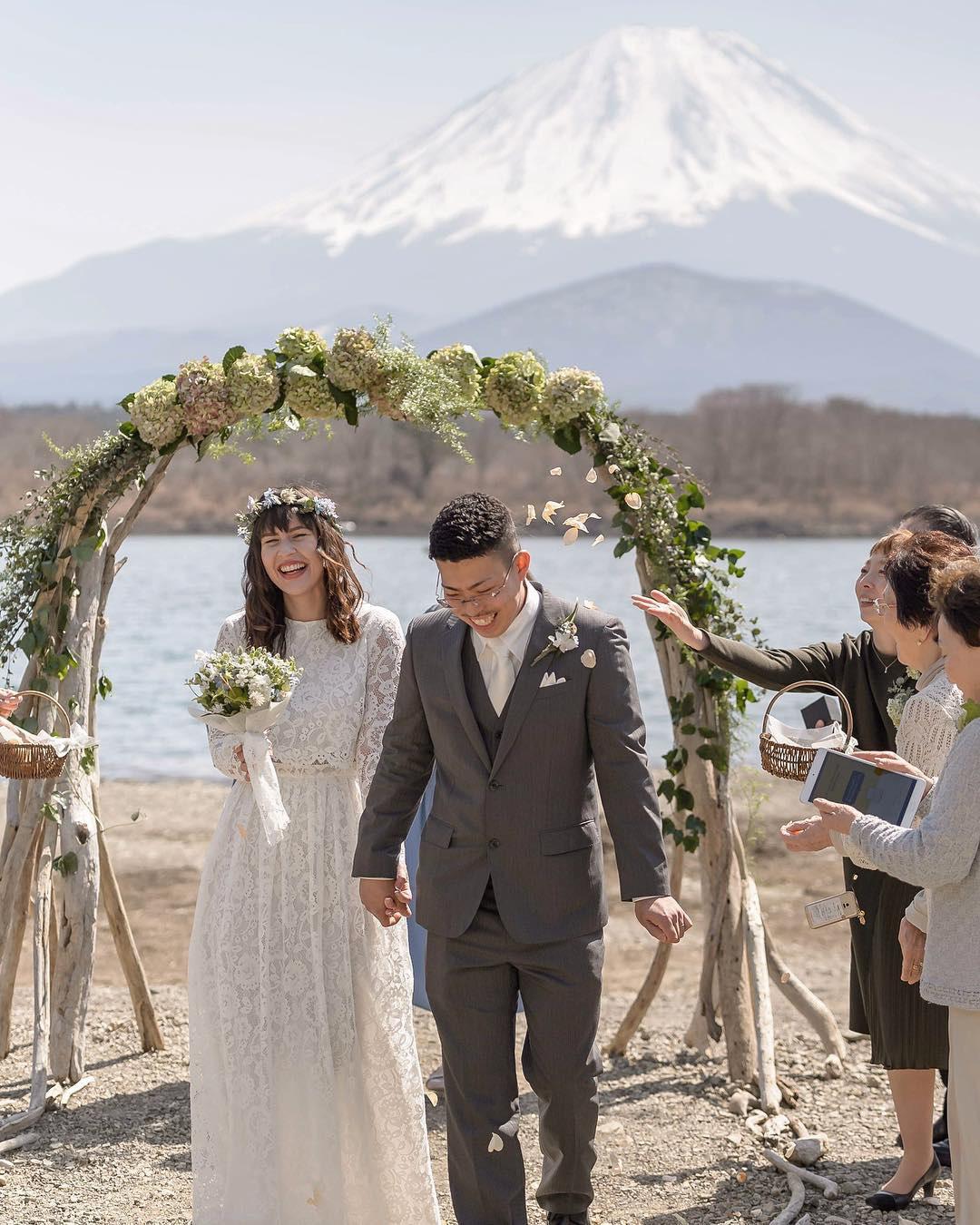 Mẫu váy cưới bán chạy nhất 2019: Mỗi ngày bán được 9 chiếc, khiến các cô dâu trên thế giới phát cuồng - Ảnh 2.
