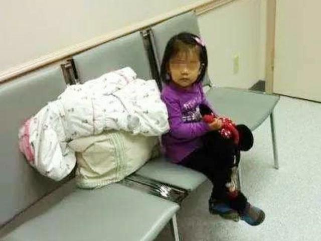Bé gái 5 tuổi ngồi ngồi im lặng bên hàng ghế trong bệnh viện, y tá đến hỏi thì nhận được câu trả lời đầy xót xa - Ảnh 1.