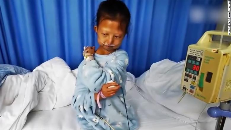 Trung Quốc rúng động chuyện nữ sinh nghèo ăn cơm trộn ớt  - Ảnh 1.