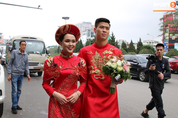 """Cùng thay tới 2 bộ lễ phục trong ngày ăn hỏi, Duy Mạnh - Quỳnh Anh đúng là cặp đôi """"ăn chơi"""" nhất nhì vịnh bắc bộ - Ảnh 4."""
